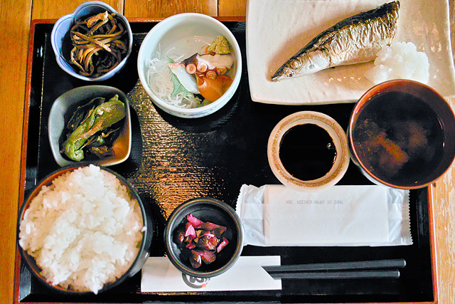 お昼の魚定食。秋はやっぱりさんまです?