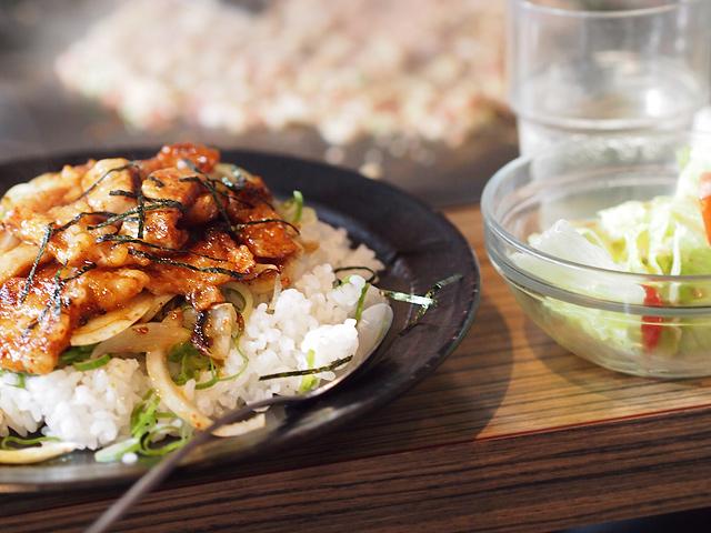 お昼のランチセット(ホルモン丼・サラダ・みそ汁)ともんじゃの図